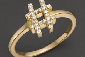 Un anillo de oro y diamantes con el simbolo del hastag, para amantes de Twitter.